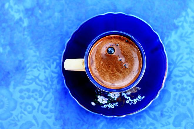Най-сладко е кафето, поднесено в синя чаша