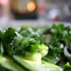 Зелена салата с пресен лук