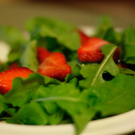Large salata ot rukola s yagodi