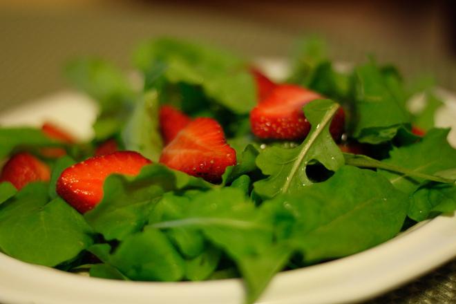 Салата от рукола с ягоди