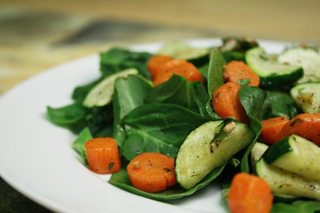 Салата от спанак с печени зеленчуци