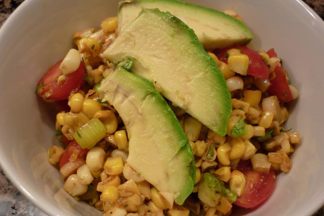 Салата от царевица с авокадо