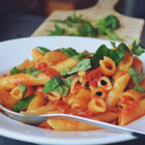 Макарони с доматен сос и босилек
