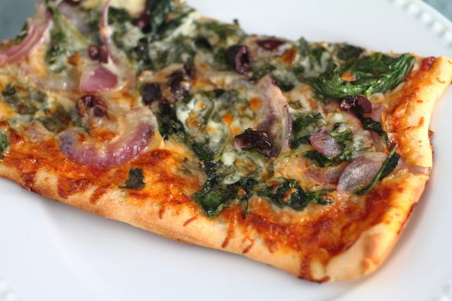 Пица със спанак и лук