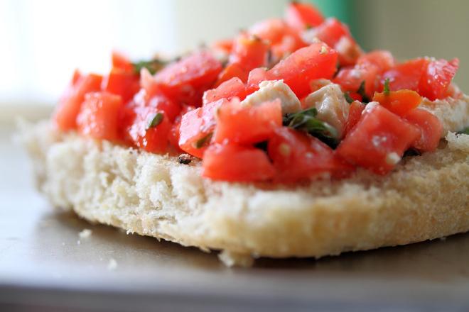 Сандвич с домати и босилек