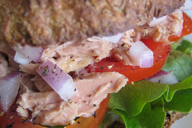 Сандвич с риба тон и лук