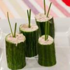 Чашки от краставица със зеленчуков коктейл