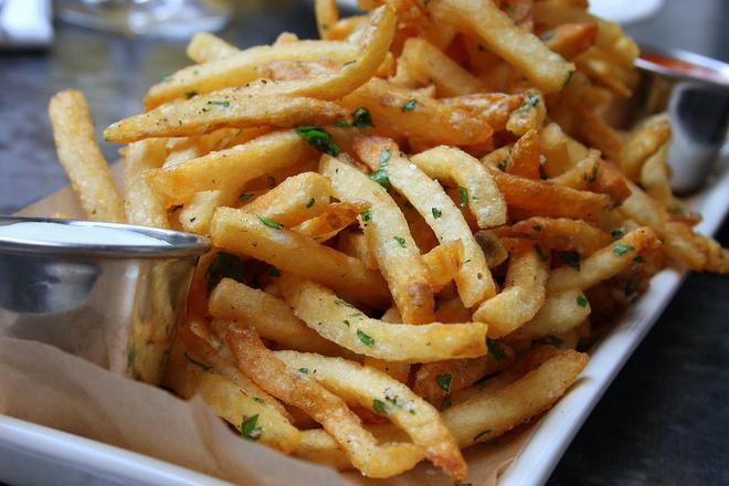 Пържени картофи с босилек