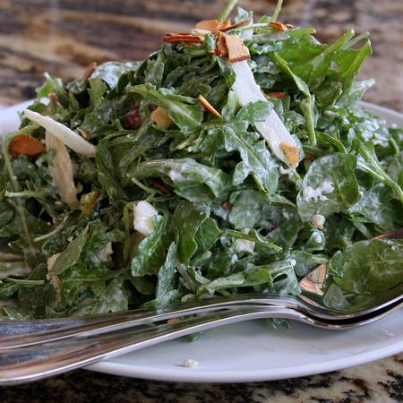 Large salata ot rukola s lek sos