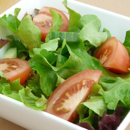 Large zelena salata s domati