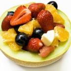 Плодова салата с ягоди в пъпеш