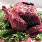 Печено пиле върху подложка от зелена салата
