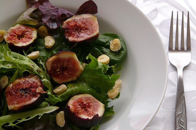 Зелена салата със смокини