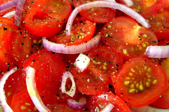 Салата от домати с лук