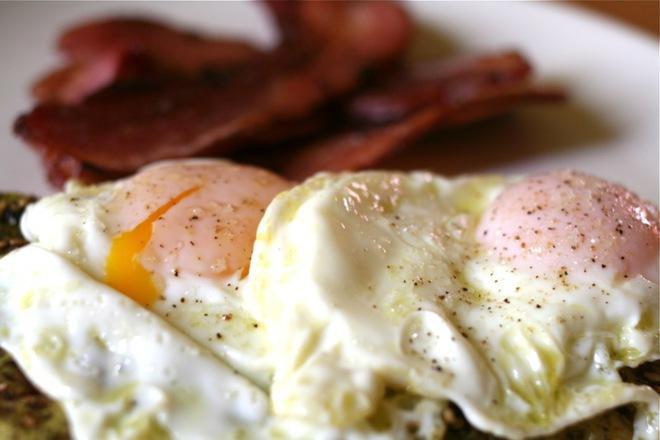 Пържени яйца с бекон
