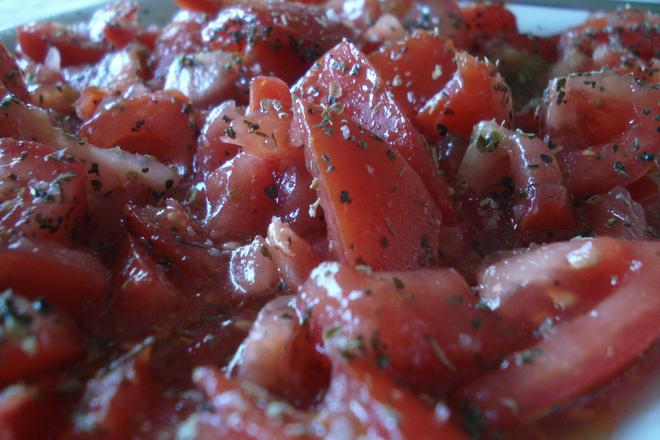 Салата от домати с чесън