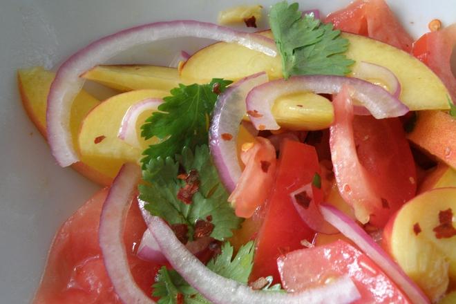 Салата от домати с праскови