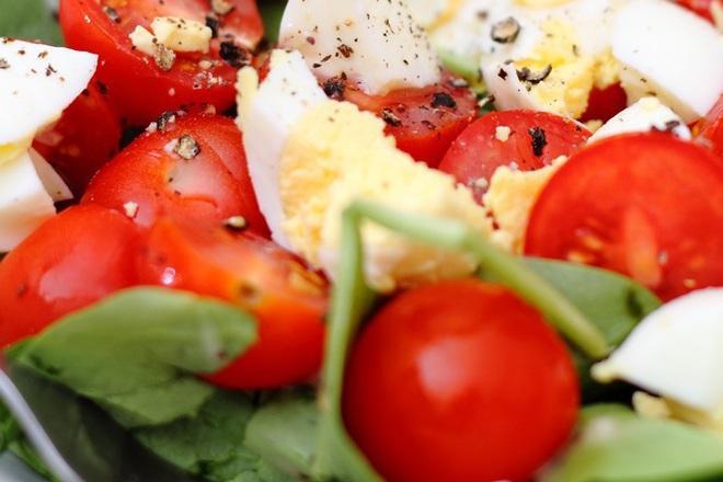 Спаначена салата с чери домати