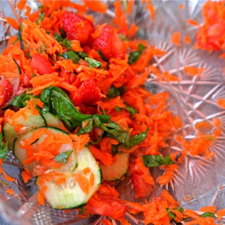 Large salata ot morkovi s yagodi
