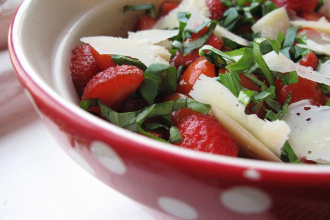 Салата от ягоди със спанак