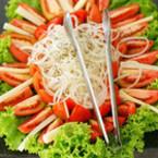 Зелена салата с домати и лук