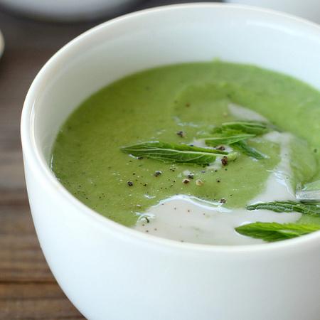 Large krem supa ot avokado s bosilek