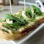 Сандвич с шунка и песто