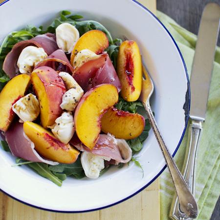 Large salata ot rukola s praskovi