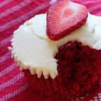 Червени мъфини с ягоди и какао