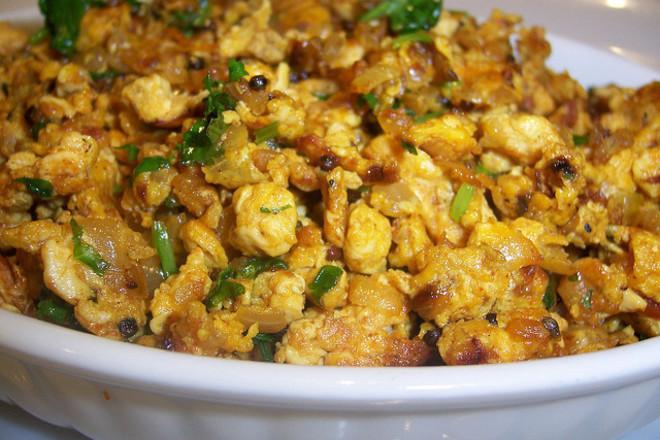 Бъркани яйца с пиле и магданоз