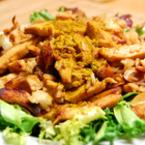 Пиле с ориз върху канапе от зелена салата