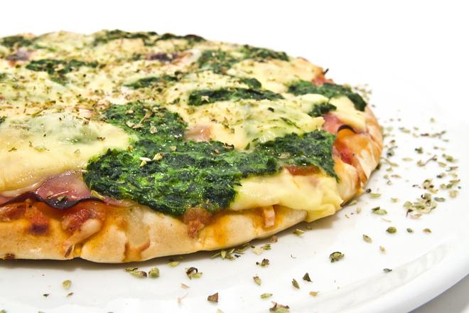 Пица със спанак и прошуто