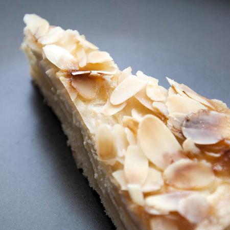 Large frenska selska torta s filirani bademi