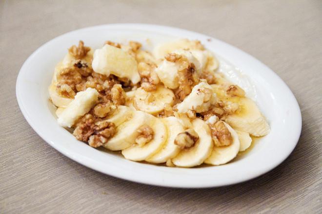 Здравословен десерт с орехи и банани