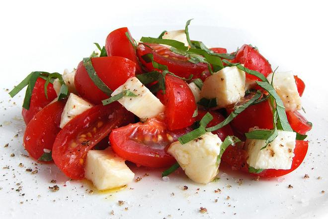 Салата от домати със сирена фета и спанак