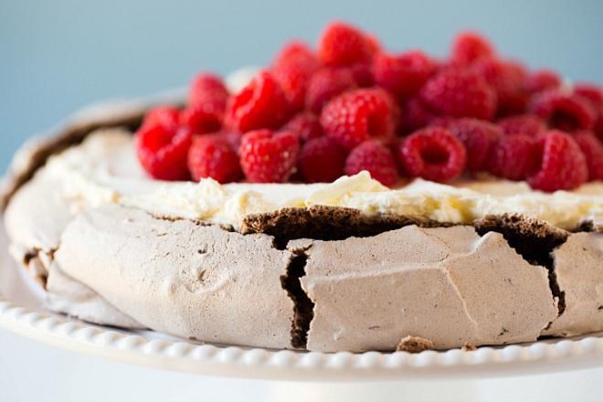 """Торта """"Павлова"""" с какао и малини"""