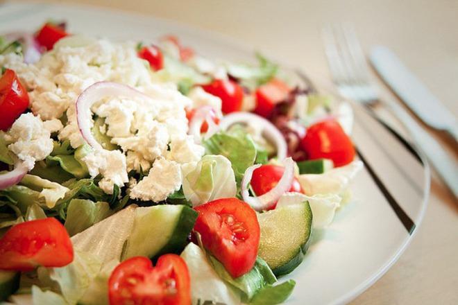 Свежа салата с чери домати
