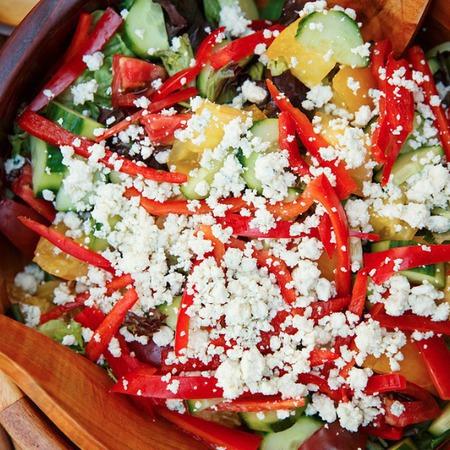 Large zelena salata s zhalti domati