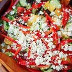Зелена салата с жълти домати