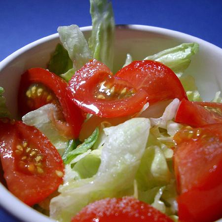 Large salata ot aysberg s domati