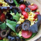 Свежа салата с царевица и маслини