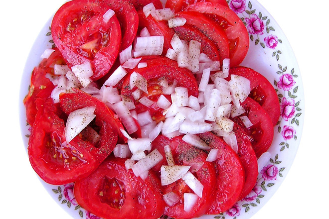 Салата с домати и лук