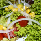 Зелена салата с царевица