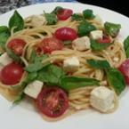 Спагети със сирене и чери домати
