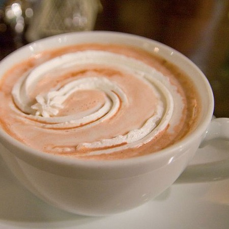 Large kafe s mlyako i karamel
