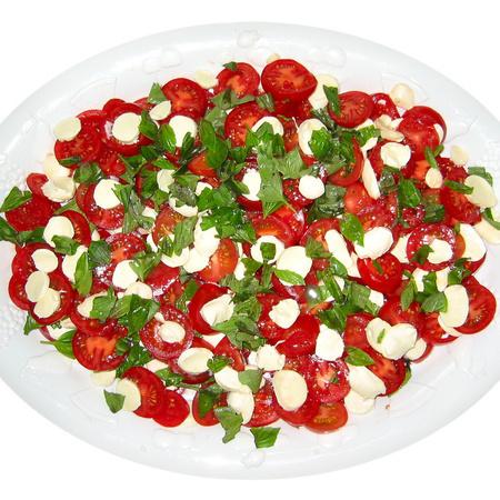 Large salata ot cheri domati s bosilek i motsarela