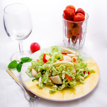Large salata aysberg s repichki i domati