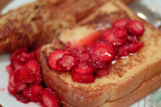 Пържени филийки с пресни ягоди