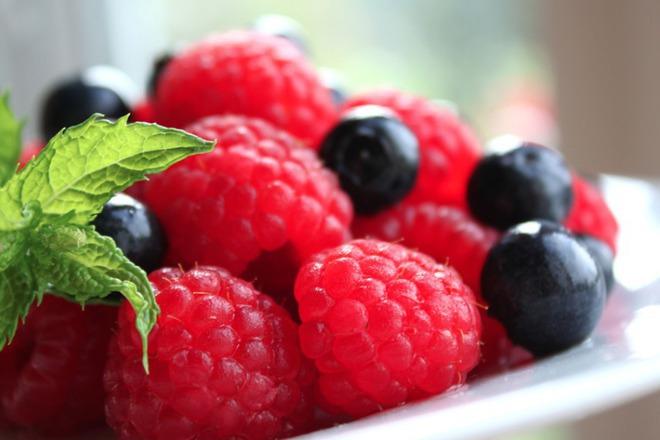 Плодова салата от малини с боровинки и мента