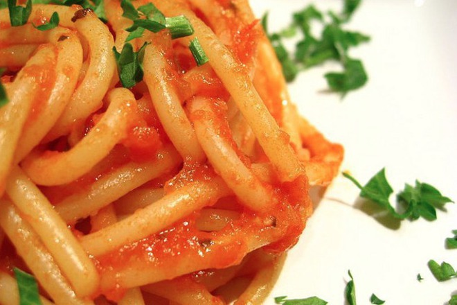 Спагети с доматен сос, магданоз и риган